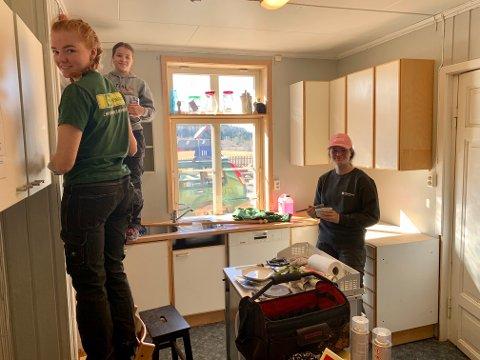 Snart ferdige: Siri Torgersen Grinder, Ragna Torgersen Grinder og Maren Moger hadde alle sine barnehageår i Leikvoll barnehage. Nå maler de barnehagekjøkkenet på dugnad.