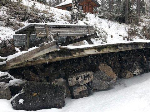 BLITT VERRE: Slik så bryggen til Gry Bjørnstad på Eina ut for noen uker siden, nå har den blitt enda verre. Isen har presset brygga opp.