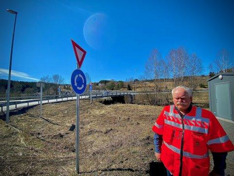 VIL VIDERE: Odd Johansen i rundkjøringa der nyvegen slutter. Nå håper den nye sjefen at bygginga av de to siste delene på riksveg 4 snart kan starte.