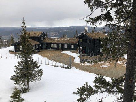 Tom Hagens hytte i Kvitfjell, fotografert tirsdag 28. april 2020 – kort tid etter at Hagen ble pågrepet av politiet og siktet for drap.