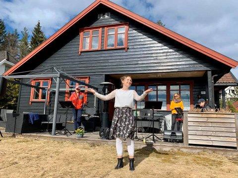 TERRASSEKONSERT: Karin Fristad, Ellen Særhereng, Tor Ingar Jakobsen og Espen Aslaksen inviterte til konsert på Harestua skjærtorsdag.
