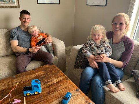 NYTT HÅP: Anette Rylund (med Ludvik) og Fabio Helgerud (med Fillip) øyner nytt håp etter at de fikk avklart saken med sitt forsikringsselskap.