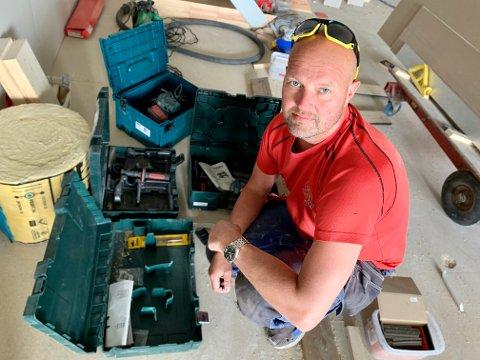 TOMME KOFFERTER: Sigurd Bergan Holt viser fram noen av de tomme verkøykoffertene etter innbruddet natt til tirsdag.