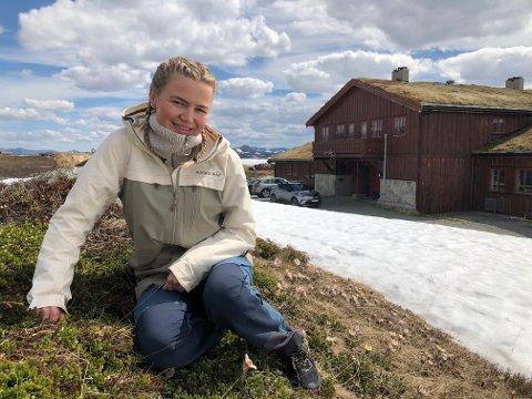 TAR SATS: Karoline Ellingbø (29)  tar over som vert på fjellstua Haugseter. Fredag 19. juni åpnet hun dørene for gjestene.