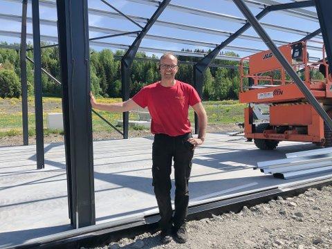 LUNNER AUTO: Daglig leder Tor Christian Heier i stålkonstruksjonen som reises i Volla. Rett bak Heier kommer den nye riksvegen. En eller annen gang.