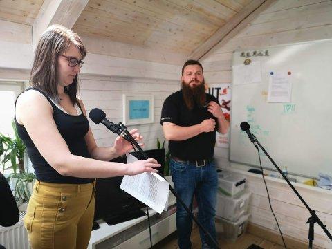 MED FIN DIALEKT: Her er Liv Kristin Lyngstad og Øyvind Sogn på kontoret mitt på Glasslåven Kunstsenter, hvor vi tar opp lydinstallasjoner med dialekt.
