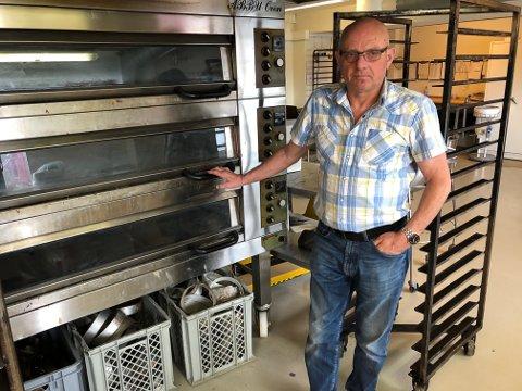 GIR SEG: Baker Pål Haugsbakken ved bakerovnen. Nå har han bestemt seg for å stenge.