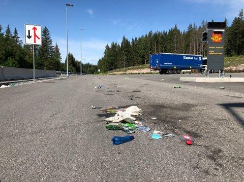 VARPET: Over hele plassen ligger det søppel strødd rundt.