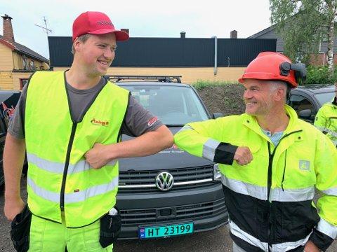 KORONAHÅNDTRYKK: Prosjektleder Jan Erik Kvarberg hos Anlegg Øst Entreprenør AS og prosjektleder Tore Leirvik hos NVE markerer kontraktsinngåelsen med et koronahåndtrykk.