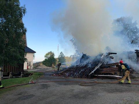 BRANN: Klokka 04:49 ble det meldt om brann på en gård i Bergegarda. Bygningen var overtent og gårdeier var i gang med å hindre spredning da brannmannskaper kom til stedet.