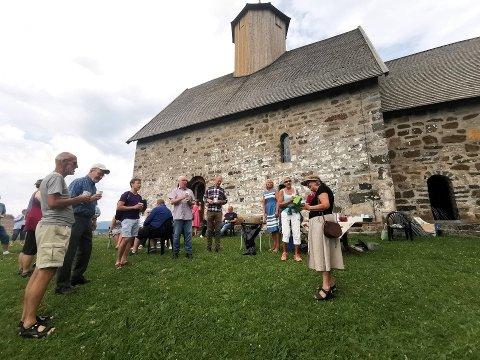 Bursdagssang: Bitten Nesbakken (lengst til høyre) fylte 70 år denne lørdagen, og fikk bursdagssangen sunget til seg på kirkebakken.