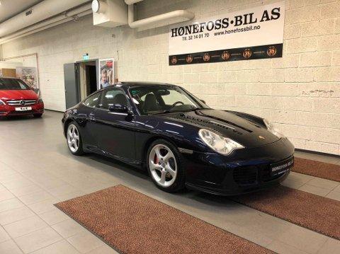 SPESIELL BIL: Denne Porschen er stjålet fra Hønefoss bil på Eikli i Hønefoss. Den hadde verken motor, girkasse eller skilter.