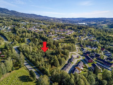TOMTEOMRÅDET: Området Sindre Lafton og Lafton eiendom igjen ønsker å selge er markert med rød pil.