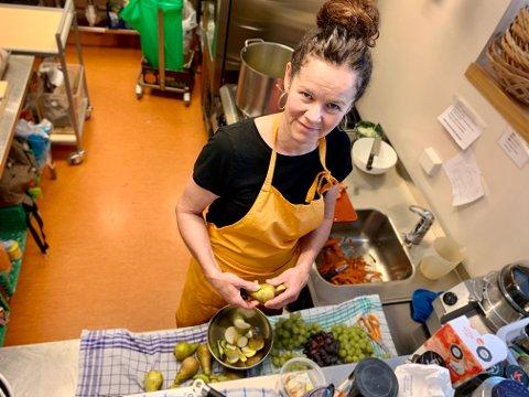 GLAD KOKK: Fredrikke Jerner stortrives på kjøkkenet i barnehagene Eventyrskogen (bildet) og Harestua arena. Jobbet hennes var truet, men nå er den reddet.
