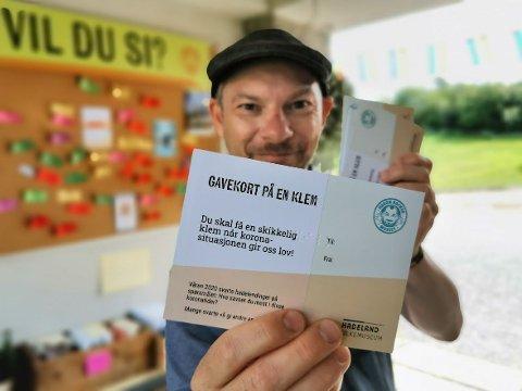 GAVEKORT PÅ EN KLEM: Her er Håkon Forfod Sønneland med det spesielle gavekortet. Ordet «klem» er skrivet med punktskrift, slik at du kan kjenne på en klem, selv i disse tider.