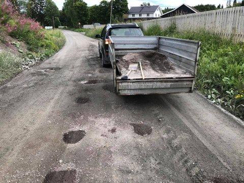 REPARTE VEGEN SJØL: Naboer tettet hull i grusvegen mandag.