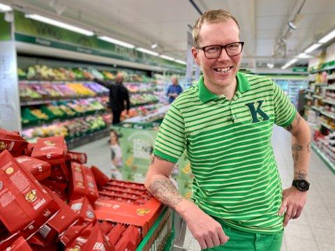 VELKOMMEN: Butikksjef på Kiwi, Frode Glint Pettersen, ønsker Rema velkommen til Harestua, selv om det ganske sikkert vil gå utover omsetningen hans.