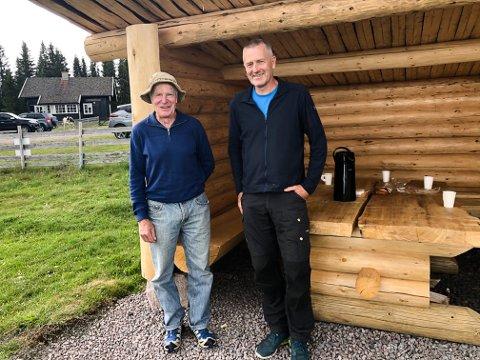 VED GAPAHUKEN: Olav Løvhaug og skogfullmektig Harald Kvam utenfor den nye gapahuken Olav har bygd etter gammel laftetradisjon.