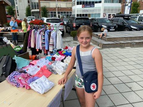 SKAL SPARE: Julie Marie Nymoen-Heggen (11) solgte klær, sko og leker hun ikke trengte lengre.