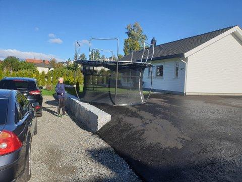 KREFTER: Vinden tok med seg denne store trampolinen fra sin vanlige plass i Parallellvegen og satte den fra seg opp ned hos naboen.