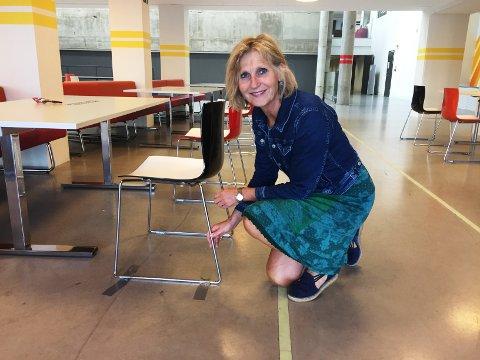 TEIPER: - Utfordringen er at stolene blir flyttet på for at elevene skal sitte sammen, sier rektor Kristine Novak.