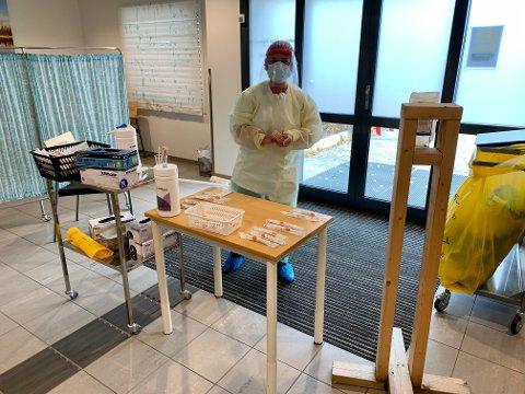 Første dag på jobb: Siri Bøhren jobber til daglig i hjemmetjenesten i Lunner, men er også blant de som er med og tester folk for koronasmitte ved legevakta for Gran og Lunner.