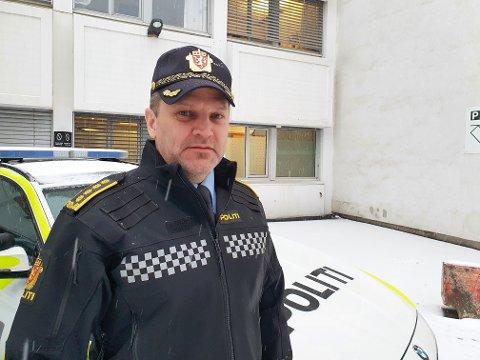 NYE BØTESTASER: Når det fra nyttår kommer nye bøtesatser håper distriktssjef Kai Voldengen I Utrykningspolitiet at flere bilførere legger bort mobilen mens de kjører.