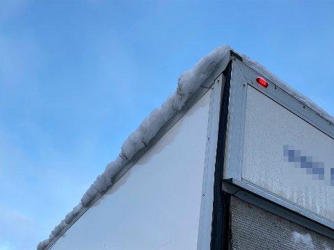 IS PÅ TAKET: Denne varebilen ble stoppet på Vegvesenets kontroll på Varpet. Årsaken til dette var at det lå større mengder snø og is på taket.