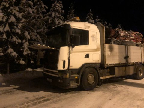 TOK FYR: En lastebil med bilvrak tok fyr langs riksvei 4 fredag morgen.