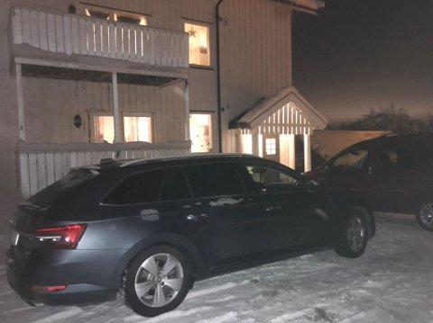 POLITI: Ingen politiavsperringer ved asylmottaket, men to  sivile politibiler står parkert utenfor.