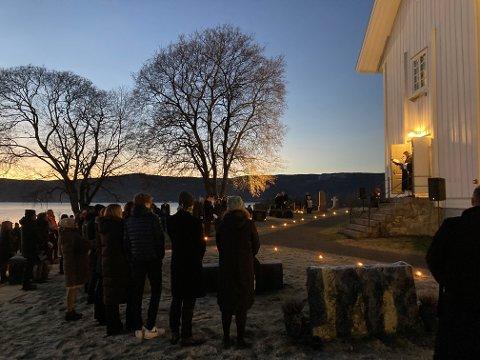 UTENDØRS: Utegudstjenesten ved Nes kirke på julaften 2020 samlet mye folk.