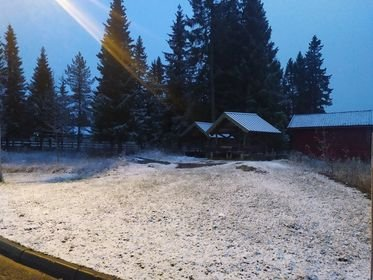 HVITT: – Det er ikke noe overraskelse at vinter kommer så tidlig. På tide å blåse støv av julepynten, spøker Paweł Elak som har sendt oss dette bildet fra Lygna onsdag kveld.
