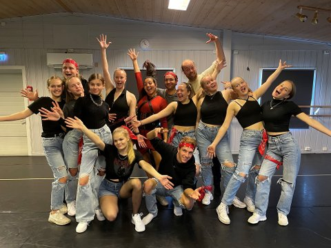 KLARE: En sprudlende gjeng er klar for show-konsert! Danserne: Zita Christine, Ingeborg, Jenny, Sofie, Emma Oline, Celina, Sander, Tora Maria, Ingrid og Martyna (ikke til stede)