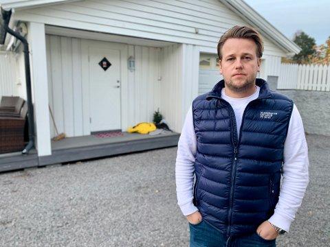 I GARASJEN: Inne i garasjeboden til venstre satt jenta da Henning Nordhagen og familien kom hjem lørdag ettermiddag.