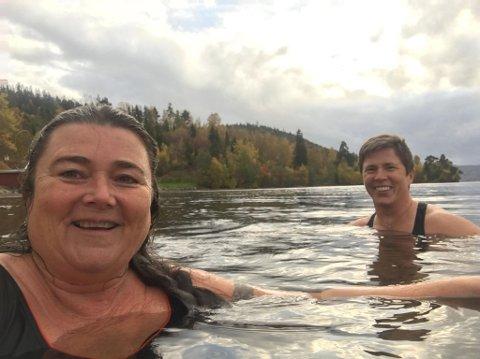 BADENYMFER: Runhild Tokerud og Elin Lien bader i Randsfjorden året rundt.