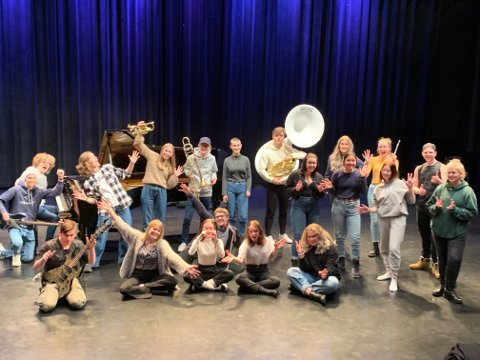 DET BESTE: Vg3-elevene ved musikk og drama ønsker velkommen til forestillingen «The box of favourites» i Hadeland kultursal 18. og 19. februar.