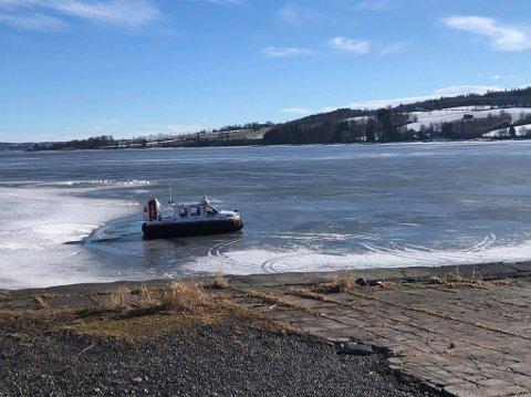 IKKE SÅ TRYGT: Mjøsisen er av varierende kvalitet for tiden og etter dødsulykken ved Nessundet fredag, vil brannvesenet advare mot å bevege seg på isen.