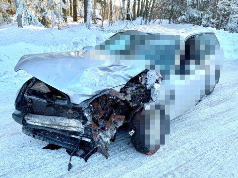 FRONTKOLLISJON: To biler frontkolliderte rundt klokken 12:30 i Jevnaker.