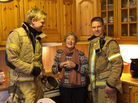 SJOKK: Rachel Dalevoll fikk et lite sjokk etter brannutvikling  i forbindelse med tørrkoking av kjelen. Hun skulle gå en tur, men hadde glemt å skru ned kokeplata. I dag har hun komfyrvakt Her sammen med brannkonstablene Henning Borgli og Lars Lien.