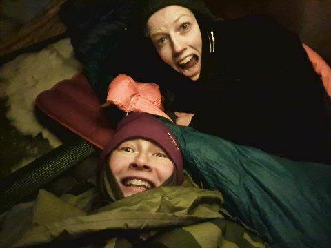 KALDT: Alexandra Buan (rød lue) og Kari Gulden Olstad sov ute i 20 minusgrader. Det er kaldt, men verdt det, mener damene.