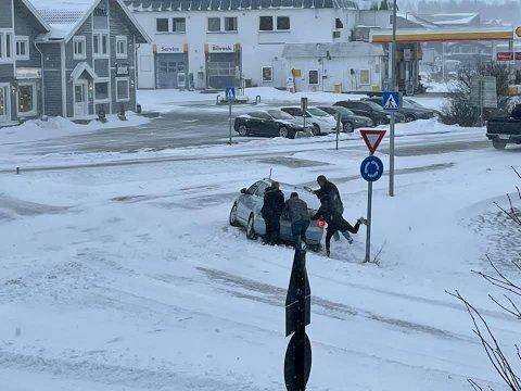 I GRØFTA: Flere av de ansatte i Avisen Hadeland måtte hjelpe en uheldig trafikant som havnet i grøfta i rundkjøringa i Gran.