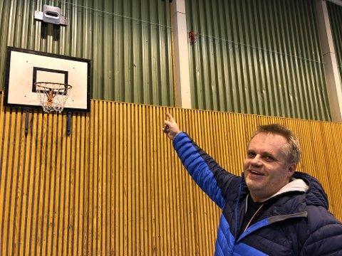 KAMERA: Kjetil Seigerud gleder seg over det nye kameraet i Brandbu Idrettshall, som gjør at folk får se håndball live.