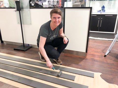 PUSSER OPP I BUTIKKEN: Butikkeier Tone Kristiansen maler golvlister og er den eneste på jobb.