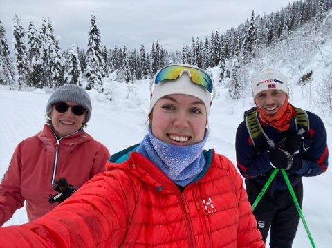 VINTER: Nina Kjekstad sammen med barna Nanna (foran) og Paal ute på ski. Det er ikke bare mor i huset som er glad i norsk natur og vinter.