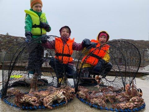 STORFANGST: Her har Carsten Alfred (fra venstre), Lykke Karoline og Katinka tatt opp til sammen tretti krabber.