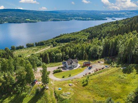 SMÅBRUK: Småbruket Overen ligger i Bjoneroa, litt sør for ferjeleiet.