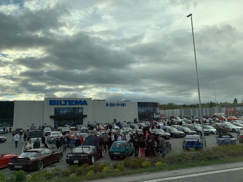 BILTREFF: Parkeringsplassen ved Biltema på Kallerud var fylt av folk og biler lørdag.