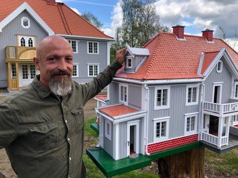 FORNØYD: Wieslaw Wujec er fornøyd med fuglehuset og har fått mange gode tilbakemeldinger.
