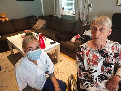 ANNE OG TURID: Sykepleier Turid Malen Sommer er en av dem som er innom daglig for å hjelpe Anne Dyrud. Anne er helt avhengig av hjelp hver dag og roser hjemmetjenesten.