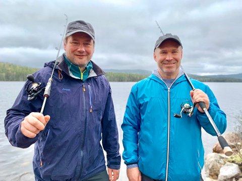 HÅPER PÅ NAPP: Henning Lindseth (til venstre) og Stig Werner trives aller best på fisketur. Nå håper de å kunne leve av lidenskapen.